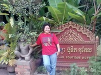 Berfoto di taman sebuah hotel di Siem Reap