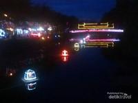 Sungai Siem Reap di malam hari, di sisi sungai tampak barisan penjual di pasar malam.
