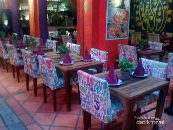 Persiapan restoran menyambut tamu yang biasanya sangat ramai di malam hari.