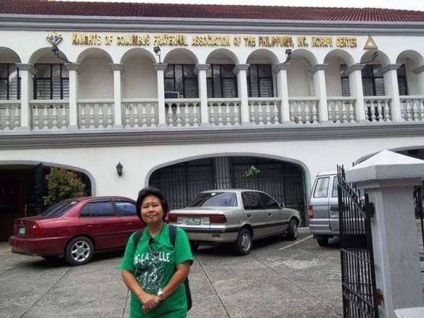 Berfoto di depan gedung museum.
