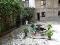 Taman dan air mancur di Casa Manila
