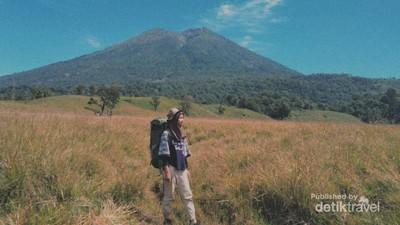Pesona Bukit Savana Propok di Lereng Gunung Rinjani