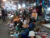 Pedagang berjajar di lantai pasar dengan berbagai dagangannya.