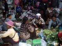 Ada tawar menawar antara pembeli dan penjual sayur di pasar Siem Reap.