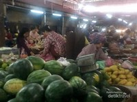 Aneka buah segar yang dijajakan di pasar.