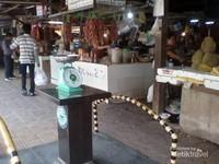 Pengunjung menggunakan fasilitas timbangan bersama untuk stadarisasi timbangan di pasar ini.