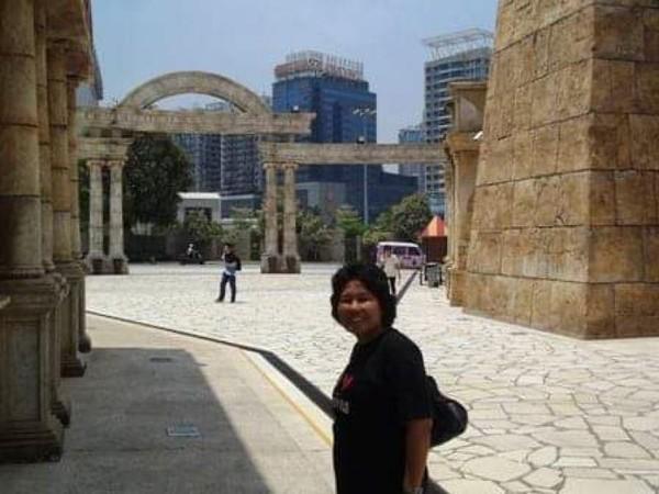 Berfoto sebelum menelusuri lorong-lorong dermaga Nelayan Macau