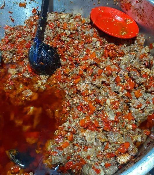 Pecinta kuliner pedas wajib mampir ke oseng-oseng mercon Bu Narti.