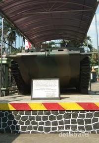 Memasuki gerbang museum, pengunjung akan disambut oleh sebuah tank amfibi. Tank ini digunakan Belanda untuk menduduki Malang pada perang kemerdekaan.