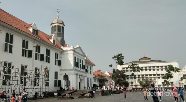 Kota Tua merupakan spot plaing ramai dikunjungi warga. Disini banyak terdapat gedung-gedung tua dan museum yang ikonik seperti Museum Fatahillah, Museum Wayang, Museum BI, Toko Merah dan masih banyak lagi.