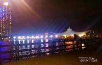 Ancol, destinasi pantai ikonik Jakarta ini memiliki komplek dengan berbagai wahana. Tidak hanya bisa menikmati pantainya disini terdapat beberapa wahana wisata keluarga seperti Dufan, Atlantis, Sea World dan Pasar Seni Ancol.
