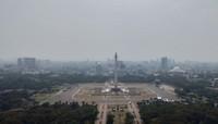 Monumen Nasional, bangunan identitas Jakarta. Warga ibukota dan turis akan selalu menjadwalkan untuk mengunjungi tempat ini. Dari atas Monas pengunjung bisa melihat hampir ke seluruh penjuru Jakarta.