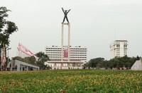 Monumen Pembebasan Irian Barat atau lebih dikenal dengan nama Lapangan Banteng. Seperti Monas, area umum ini juga kerap dipenuhi warga pada akhir pekan.
