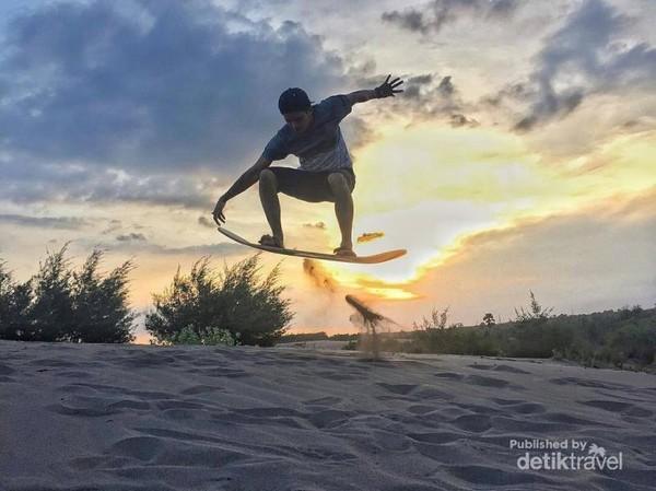merasakan Sensasi Sandboarding