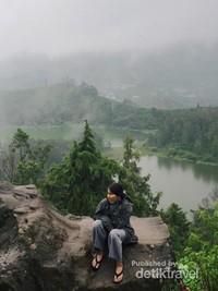 Pemandangan dari atas Batu Pandang Ratapan Angin