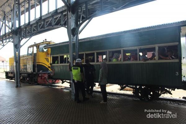 Kereta wisata menjadi primadona di museum ini terbukti dengan tiketnya yang selalu terjual habis sebelum jam operasional kereta wisata.