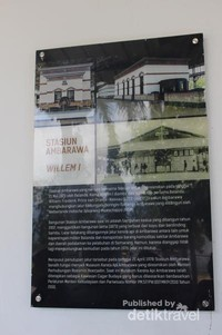 bagian dinding museum dihiasi dengan berbagai foto dan informasi menarik tentang sejarah perkeretaapian.