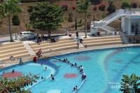 Adanya kolam renang juga menjadi salah satu daya tarik wisata Eling bening.
