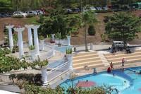 Kolam renang yang cukup luas dilengkapi ruangan terbuka untuk menikmati suasana.