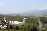 tempatnya yang agak tinggi membuat pemandangan sekitar dapat dinikmati dengan leluasa.