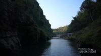 tebing kapur yang mengapit sungai Oya