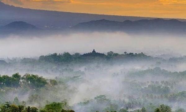 Sunrise puncak Punthuk Setumbu. foto: @ayahalmira