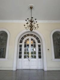 Salah satu pintu bagunan sayap kiri istana