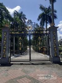 Pintu gerbang utama Museum Diraja