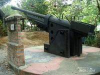 Salah satu senjata peninggalan yang ada di museum perang Penang.
