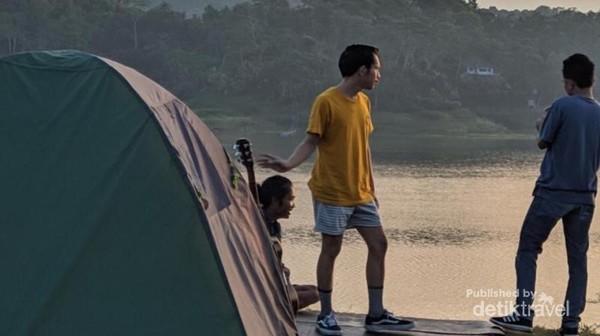 Para pengunjung yang sedang menyiapkan tenda untuk camping di waduk sermo