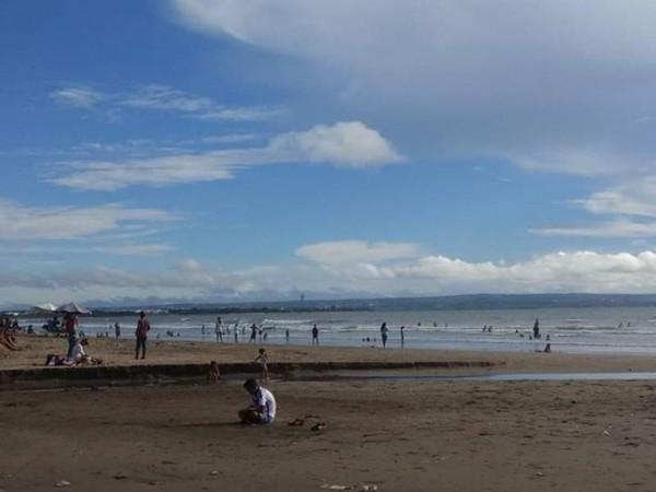Birunya langit di pantai Legian masa itu.