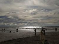 Ketika matahari menyinari pantai di sela-sela awan.
