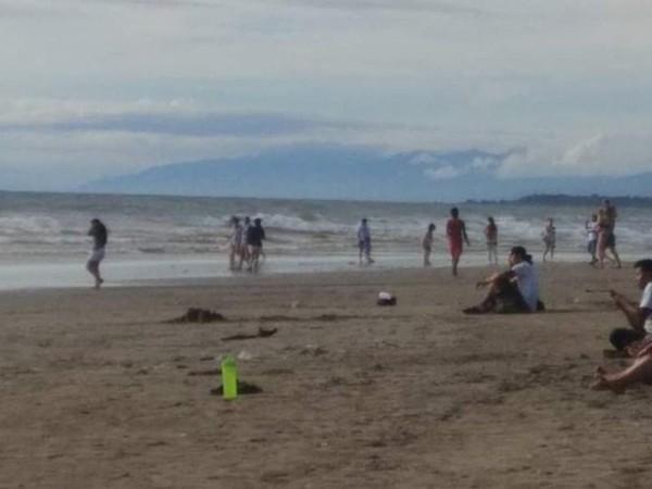 Pasir putih dan ombak pantai mengajak pengunjung untuk bermain.