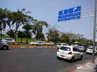 Jalan yang menisahkan antara Myanmar Plaza dan tepian Inya Lake.