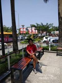 Mengabadikan momen di halaman Myanmar Plaza