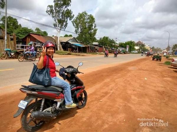 Serunya bermotor menjelajah pinggiran kota Siem Reap.