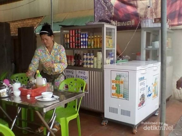 Singgah di salah satu warung tradisional di pinggiran kota Siem reap.