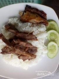 Nasi dengan daging panggang, 1 USD dinikmati dengan semangkuk sup sayur.