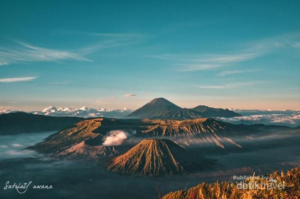 Matahari pagi memancarkan sinarnya menambah keindahan pagi di Pananjakan Bromo.