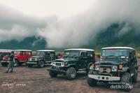 Mobil offroad yang akan membawa kita menjelajah kawasan Taman Nasional Bromo Tengger Semeru.