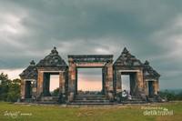 Candi Ratu Boko, hampir tidak ada yang tidak menggenal keindahan warisan sejarah Negara ini, yang berada di Yogyakarta, Jawa Tengah, Indonesia
