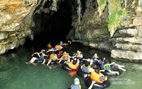 Menikmati keseruan menelusuri sungai didalam Goa Kalisuci