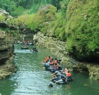 keseruan menyusuri sungai yang mengalir didalam Goa Pindul