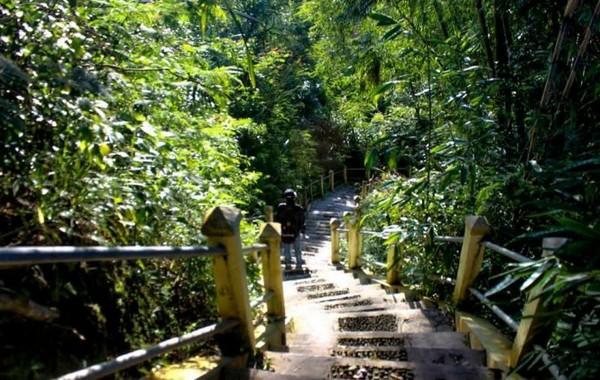 Untuk mencapai atas puncak, anda harus melewati anak tangga ini dahulu