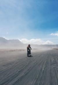 Bermotoan di hamparan pasir Gunung Bromo