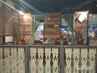 Suasana ruang makan di kampung rumah adat Melayu.