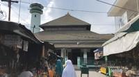 Memasuki salah satu gang menuju masjid sunan ampel. di lingkungan masjid juga terdapat toko-toko yang menjual jajanan khas surabaya dan timur tengah sehingga para wisatawan dan peziarah tidak perlu khawatir jika membutuhkan makan, minum maupun oleh-oleh bagi keluarga tercinta.