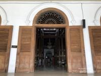 Ketika memasuki pintu masjid terlihat banyak sekali tiang-tiang penyangga masjid yang terbuat dari kayu dan bernilai sejarah yang tinggi.