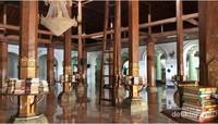 Masjid Sunan Ampel juga terdapat banyak sekali koleksi Al-Quran yang indah di beberapa tiang-tiang masjid.