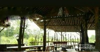 Bentuk bangunan warung kopi merapi, dan tempat duduknya yang sederhana